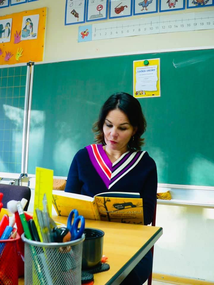 Annalena Baerbock liest in einer Schulklasse vor
