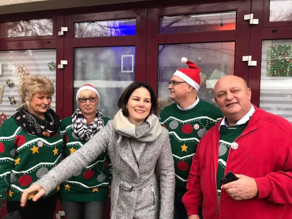 Annalena mit weihnachtlich dekorierten Menschen