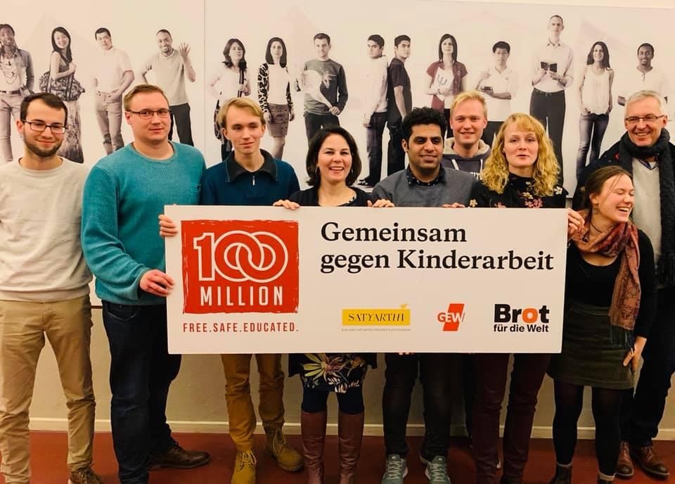 """Annalena mit Unterstützer*innen der Kampagne """"100 Millions"""" gegen Kinderarmut"""